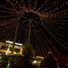 Lichterketten sorgen für eine vorweihnachtliche Stimmung. Zudem verströmt der Weihnachtsmarkt den Duft von gebrannten Mandeln und Tannengrün.