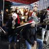 Auf der Adventskalender-Märchenbühne am Friedrichsplatz wird ein weihnachtliches Musik- und Unterhaltungsprogramm geboten.