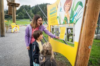 Die Kinder erfahren Interessantes über Pflanzen und Tiere.