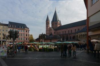 Der Dom steht direkt am Mainzer Marktplatz.