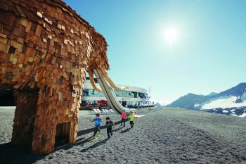 Das Spielmammut ist sechs Meter hoch.