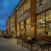 Blick auf die Fassade des Denver Central Market Gebäudes im bekannten und beliebten RiNo Stadtteil.