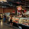 Sowohl Culture Meat + Cheese als auch der Local Butcher Shop bietet eine große und exklusive Vielfalt an verschiedenen Fleischsorten aus der Umgebung. Wer bei dem Anblick Appetit bekommt, kann sich bei SK Provisions einen Snack gönnen.