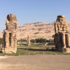 Schon von der Straße aus sind die monumentalen Steinfiguren nicht zu übersehen