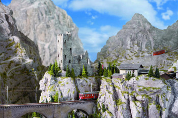 Die Modelleisenbahn fährt auch durch die Schweizer Alpen.