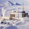 Die Wetterstation in Skandinavien ist mit Schnee bedeckt.