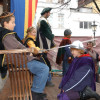 Königlich Geburtstag feiern können junge Besucher auf dem Weihnachtsmarkt in Siegburg. Hier wird das mittelalterlich gekleidete Kind gerade mit einem Ritterschlag geadelt.