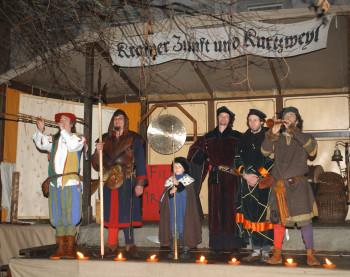Gaukler sorgen in der Adventszeit mit artistischen Kunststücken für die Unterhaltung der Gäste.