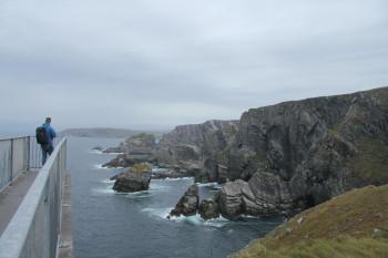 Mizen Head erstreckt sich mit seinen Meeresklippen dramatisch in den schäumenden, wilden Atlantik hinein.