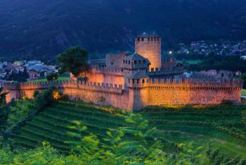 Der Burgkomplex liegt auf einem Hügel rund 90 Meter über der Stadt.