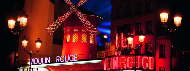 Die rote Windmühle prägt die Außenansicht des Moulin Rouge.