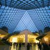 Blick ins Innere der Pyramide des Louvre. Dort befindet sich auch der Eingang ins Museum.