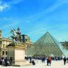Die gläserne Pyramide steht am Eingang des Louvre.