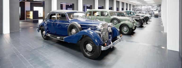 Autofans sind begeistert vom großen Angebot im Museum.
