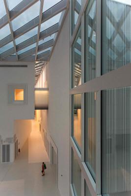 Das moderne Gebäude ist barrierefrei gestaltet.