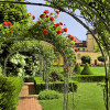 Innenhof: Rosengarten in barocken Formen.