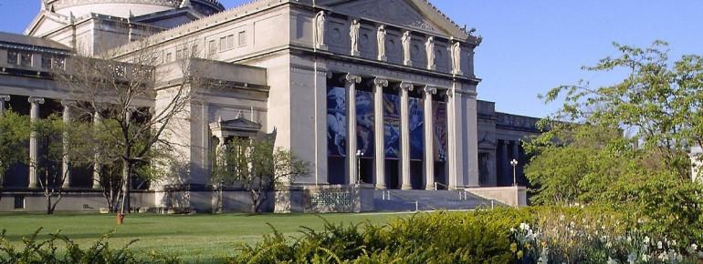 Das Museum of SScience and Industry von Außen mit Blick auf den wunderschönen, vorgelagerten garten