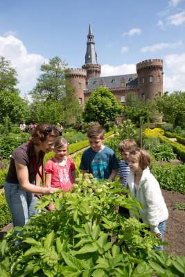 Auch Führungen während in und am Schloss Moyland angeboten.