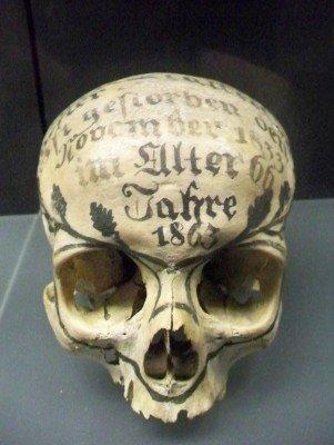 Ein bemalter Totenschädel aus dem Jahr 1863.