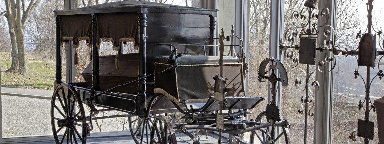Die Rindinger Kutsche aus lackiertem Holz wurde in Deutschland im 19. Jahrhundert gefahren.