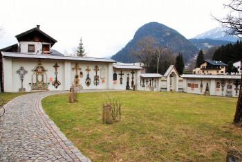 Im Arkadenhof kannst du schmiedeeiserneGrabkreuze aus insgesamt 5. Jahrhunderten besichtigen.