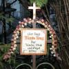 """Das Grabkreuz mit der Inschrift """"Hier liegt Martin Krug, der Kind, Weib und Orgel schlug"""" stammt aus der Tiroler Ortschaft Wiesing."""