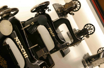 Nachfolgemodelle der ursprünglichen Nähmaschine sind im Museum ausgestellt.