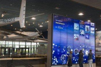 Die interaktive Wand in der Boeing Milestones of Flight Hall.
