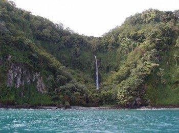 Zahlreiche Wasserfälle stürzen von den steilen Klippen ins Meer