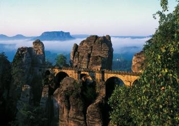 Die 76,5 Meter lange Basteibrücke ist eines der Wahrzeichen der Sächsischen Schweiz.