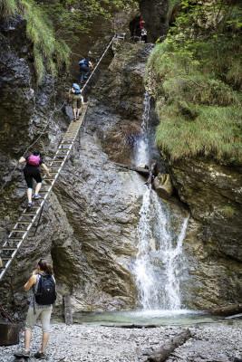 Auf den Wanderwegen hier gilt es allerlei Schluchten und Wasserfälle zu überqueren.