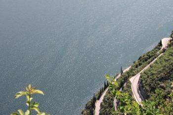 Die SS45bis schlängelt sich direkt am Ufer des Sees entlang und führt dich so durch den Naturpark.