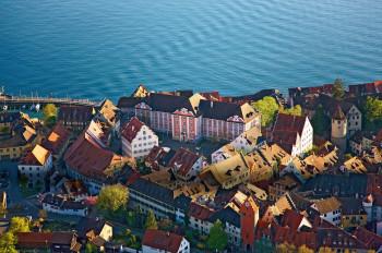 Malerisch liegt das Schloss über Stadt und See.