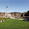 Der Schlossplatz ist teilweise auch begrünt und beliebter Treffpunkt der Stuttgarter.