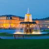 Abends ist der Schlossplatz und auch das Schloss beleuchtet.