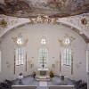 Arkaden, Emporen und die große Apsis machen die Schlosskapelle besonders sehenswert.