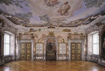 Das Fass auf dem die Bacchusfigur sitzt, ist der Ofen des Festsaals.