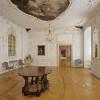 Im Tafelzimmer ist der vergoldete Konsoltisch aus der Zeit der Grafen von Monfort zu sehen.
