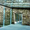Das Museumsgebäude ist ein Prisma aus Glas und Stahl, das mit der Ruine verbunden ist.