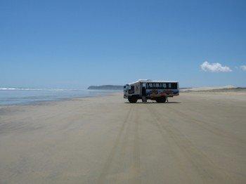 Vor Ort werden Busfahrten über den Strand angeboten.