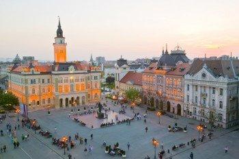 Der große Stadtplatz im Zentrum von Novi Sad.