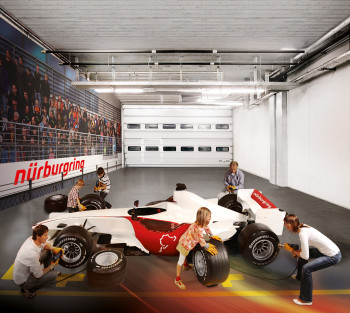 Im ring°werk erlebst Du das Motorsport-Abenteuer für die ganze Familie. In zahlreichen Simulatoren und Attraktionen fühlt sich jeder schnell selbst wie ein Rennfahrer – egal, ob großes oder kleines Kind, Familie oder Gruppe.