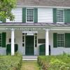 Ein einfacher und gradliniger Stil dominieren das Gebäude