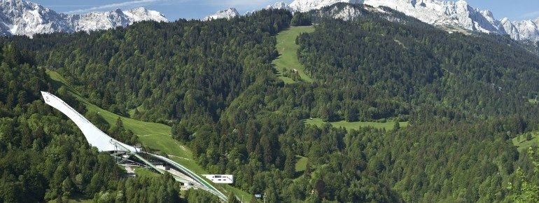 Die Olympia Skisprungschanze vor dem Alpenpanorama.
