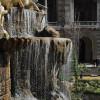 Ein Wasserfall im Park