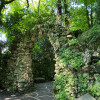 Über einen kleinen Wanderpfad durch den Wald kommt man zu einer kleinen Mariengrotte aus prähistorischem Gestein mit Muschel-Einschlüssen.