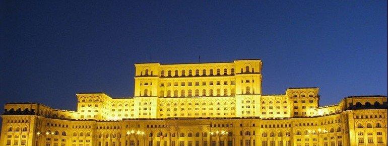 Der Parlamentspalast strahlt hell bei Nacht.