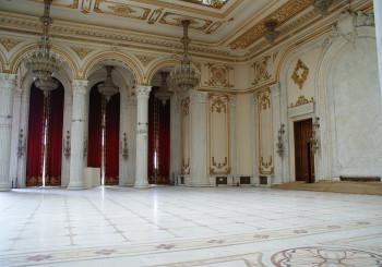 Im Inneren befindet sich ein edler Marmorsaal.