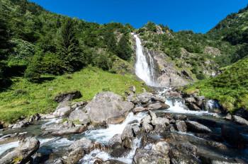 Der Partschinser Wasserfall hat eine Fallhöhe von knapp 100 Metern.