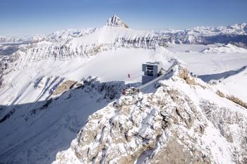 Der Scex Rouge mit dem Peak Walk und dem View Point aus der Ferne.